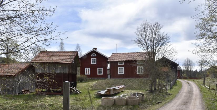 Kringbyggd gård i den norra delen av Överboda. Byggnadsbeståndet är fortfarande välbevarat med en framträdande parstuga i två våningar som manbyggnad.
